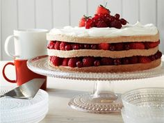 Iittala Kastehelmi Cake Stand Large at MAKE Designed Objects Cake Cookies, Cupcake Cakes, Just Desserts, Dessert Recipes, Design3000, Naked Cakes, Gateaux Cake, Love Cake, Cake Plates