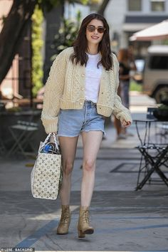 Emma Roberts and Garrett Hedlund have some fun going on a scooter ride - Emma Roberts and Garrett Hedlund have some fun going on a ride on a Fly scooter in Los Angeles Celebrity Style Casual, Celebrity Style Inspiration, Parisienne Chic, Emma Roberts Style, Emma Roberts Ahs, Fall Outfits, Casual Outfits, Angela Simmons, Street Style