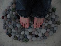 decoro sin decoro: Hacer una alfombra de piedras con lana afieltrada