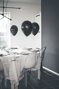 For the perfect party table. New Years Eve Table Setting, Minimalist Wedding Decor, Black Balloons, Entertainment Table, Entourage, White Houses, New Years Eve Party, Warm And Cozy, Table Settings