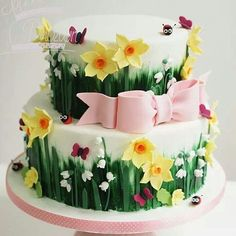Spring Flowers cake with more ladybugs Pretty Cakes, Beautiful Cakes, Amazing Cakes, Fondant Cakes, Cupcake Cakes, Bolo Laura, Daffodil Cake, Decors Pate A Sucre, Decoration Patisserie