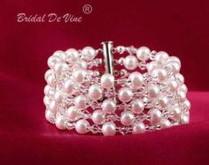 Articoli simili a Spedizione gratuita elegante bianco perla/seme perlina istruzione bigiotteria nuziale Bracciale braccialetto, Beadwoven moda, gioielli di donna, regali per lei, OOAK su Etsy