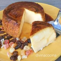 Este quesillo de yogur es un postre facilísimo de preparar, con 3 ingredientes y en solo 2 pasos. Resulta con la textura de un flan consistente y delicioso.