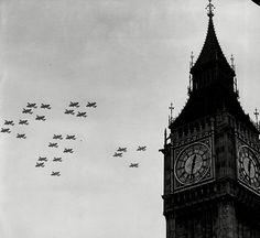 Battle of Britain. De Duitsers gooide dagelijks vele bommen op London. Ze wilde dat Engeland zich overgaf maar dat deden ze niet. Dit alles kostte Duitsland veel geld. Ze besloten er dan ook mee te stoppen en zich te richten op iets anders. Engeland had deze strijd dus gewonnen en Duitsland was er alleen maar op achteruit gegaan. We hebben deze foto gekozen omdat je de vliegtuigen ziet waaruit de bommen op London gegooid werden en de Big Ben.