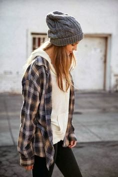 Casual can be the best choice for your winter outfit style. It is because casual style commonly has an easy movement outfit. Look Skater, Skater Girl Style, Fall Winter Outfits, Autumn Winter Fashion, Winter Flannel Outfits, Tomboy Winter Outfits, Lazy Fall Outfits, Winter Shirts, Plaid Outfits