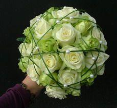 rózsa, macifű, gyöngy 30 szálas menyasszonyi csokor - esküvő virág Hand Flowers, Table Centerpieces, Garland, Marie, Weddings, Wedding Bouquets, Bouquets, White Wedding Bouquets, Wedding Bouquet