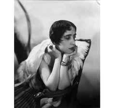 Elsa Schiaparelli, 1931 par cecil Beaton http://www.vogue.fr/culture/a-voir/diaporama/cecil-beaton-une-legende-de-la-photo-en-guest-star-chez-sothebys/14197/image/796454#!elsa-schiaparelli-1931