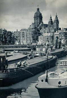1959. View on the Open Havenfront from the Prins Hendrikkade in Amsterdam. In the background the Schreiertoren and Sint Nicolaaskerk. #amsterdam #1959 #Openhavenfront