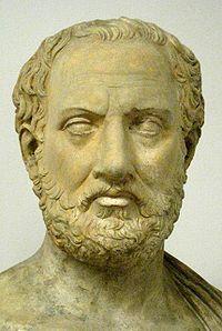 """Tucídides fue un historiador y militar ateniense.   Sus citas más famosas fueron """"Quien puede recurrir a la violencia no tiene necesidad de recurrir a la justicia."""", """"Reconocer la pobreza no deshonra a un hombre, pero sí no hacer ningún esfuerzo para salir de ella."""" y """"No es el debate el que impide la acción, sino el hecho de no ser instruido por el debate antes de que llegue la hora de la acción."""""""
