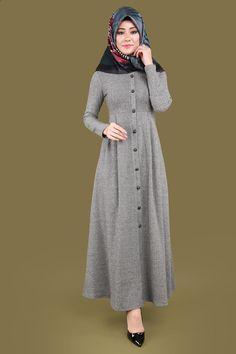 Balıksırtı Aksesuar Düğmeli Elbise Gri Ürün Kodu: MDB3752-1--> 64.90 TL Modesty Fashion, Abaya Fashion, Muslim Fashion, Fashion Outfits, Modele Hijab, Mode Abaya, Hijab Fashionista, Sleeves Designs For Dresses, Muslim Dress