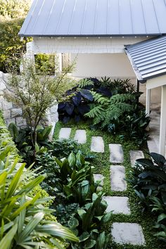 45 Impressive Front Garden Design Ideas To Try In Your Home - Learning a few tricks of the trade will enable your front yard to be streets ahead of your whole neighborhood. It's not as hard as you think to create. Tropical Backyard, Tropical Landscaping, Modern Landscaping, Landscaping Along Fence, Backyard Landscaping, Landscaping Equipment, Backyard Ideas, Bali Garden, Garden Paths