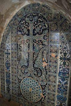 Կապույտ կերամիկական խաչքար  12-րդ դարի Սուրբ Հակոբյանց հայկական եկեղեցում  (Սիոն, Երուսաղեմ) Blue ceramic stone cross in the 12th century Armenian Church of St. James (Zion, Jerusalem)