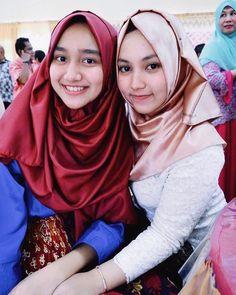 Kalo bercanda tuh jangan kelewatan ,ntar muter baliknya jauh 😊 Girl Hijab, Hijab Outfit, Muslim Girls, Muslim Women, Indonesian Girls, Hijab Tutorial, Hijab Chic, Chiffon Scarf, Beautiful Hijab