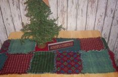 Christmas Quilted Table Runner Christmas Sewing Projects, Easy Christmas Crafts, Christmas Ideas, Christmas Decorations, Handmade Christmas, Holiday Ideas, Christmas Quilting, Christmas Tables, Holiday Themes