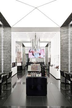 #NoVarejoPeloMundo 30% da área da loja flagship da MAC (@MACcosmetics) em Nova York tem como foco os consumidores brasileiros #beauty #mac #wrc #retail #NoVarejo #wrclatam #esteelauder #MACnificentMe #flagshipstore #cosmetics #makeup #maquiagem