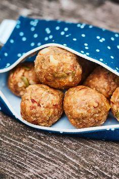 Parfois, même nos inépuisables petites boules d'énergie ont besoin d'un boost pour continuer à jouer. Préparez ces boules de collation sans cuisson, elles vous aideront à tenir le coup en canot, en vélo ou pour parcourir tous les sentiers! Healthy Food, Healthy Recipes, Nutrition, Granola, Mousse, Biscuits, Muffin, Lunch, Breakfast