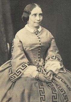 CDV-PHOTO-LOVELY-VICTORIAN-WOMAN-IN-EXCEPTIONAL-BEAUTIFUL-DESIGNED-DRESS-1860S