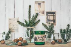 Lass dich vom Duft der Tannenwald-Kerze in winterliche Wälder entführen und spüre die Kraft der Bäume, die dich stärkt und deine Gedanken befreit.  Duftrichtung: waldig mit frischer Note Echter Duft aus 100% naturreinen, ätherischen Ölen. Aromatherapie-Effekt: stärkend und motivierend Ein wunderschönes Wohnaccessoires, Geschenk und für Liebhaber von natürlichen Duftkerzen. Note, Plants, Firs, Woodland Forest, Home Decor Accessories, Thoughts, Gift, Nice Asses, Plant