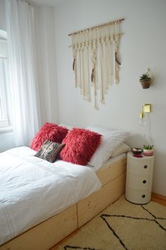 Endlich ist es soweit und ich kann euch mein so lang ersehntes Bett pr. It& finally here and I can present you my long-awaited bed. A bed that is not only super-cl . Craft Storage Ideas For Small Spaces, Furniture For Small Spaces, Diy Storage Bed, Bedroom Storage, Minimalist Home Decor, Minimalist Bedroom, Natural Bedding, Diy Furniture Plans, Cozy Bed