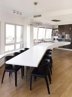 Isla de cocina - comedor. Creada con piedra sintética de gran resistencia y soportada sobre una lámina de vidrio, con lo que produce la sensación de flotar sobre el suelo.