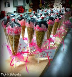 Ice Cream cone cake pops favors and tags - Kindergeburtstag - Helados Ice Cream Cone Cake, Make Ice Cream, Cream Cake, Icecream Cone Cupcakes, Cake Pop Favors, Favours, Cake Pop Bouquet, Ice Cream Social, Cookie Pops