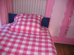Fuchsia geruite dekbedhoes. Leuk voor een meisjeskamer. www.bellebien.nl  bed linen