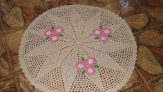 Confeccionado em crochê com barbante crú fio 12 e bordado também em crochê . Lavável à máquina .Esta peça mede 94 cm de diâmetro. Pode ser confeccionado em outras cores .