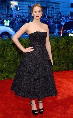 Jennifer Lawrence wears a black ladylike gown by Christian Dior.