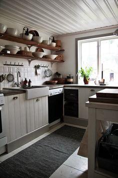 Har köpt en ny matta till köket som går i grått och vitt, den kommer från Ellos.       Ha en skön Torsdag!  Själv blir den väldigt lugn.....