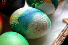 An easy way to color eggs for Easter