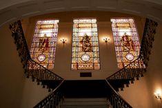 La escalera de acceso del Monte de Piedad está decorada con unas vidrieras artísticas. #Alcoy #Alcoi #patrimonioindustrial