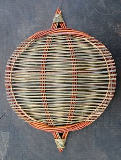 Willow platter, hand woven by Debbie Hall from locally grown organic willow in lovely colours. Weaving Projects, Weaving Art, Hand Weaving, Willow Weaving, Basket Weaving, Sisal, Basket Crafts, Shield Design, Newspaper Crafts