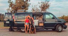 Eles vivem numa van e viajam promovendo ações de bem-estar por onde passam
