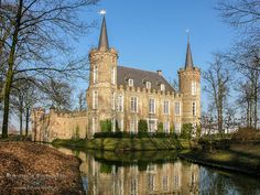 Kasteel Henkenshage in Sint Oedenrode Beautiful Homes, Beautiful Places, Modern Mansion, Building Art, Amsterdam Netherlands, Architecture Old, Forts, Far Away, Lightroom
