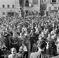 Reporters who were not admitted to the Declaration Ceremony waiting on Rothschild Boulevard, Tel Aviv, May 14, 1948.  Photo House Pri-Or.