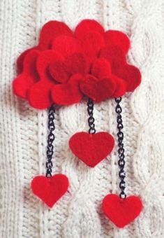 felt heart brooch- Definitely a great idea! Could do some variations for different holidays/seasons/special occasions! Fabric Brooch, Felt Brooch, Felt Flowers, Fabric Flowers, Valentine Crafts, Holiday Crafts, Felt Necklace, Ideias Diy, Barrettes