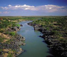 Die Oranjerivier, Suid-Afrika se grootste rivier, naby Hopetown