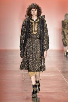 Jaqueta, animal print, dourada e preta com capuz, tecnologia de fios flutuantes, com vestido, de babados no decote e saia plissada de lurex com bota de trico. Foto: Agencia Fotosite