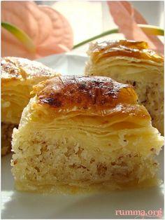 Baklavalı kek veya kekli baklava ..Değişiklik isteyenler için güzel ve kolay bir tarif..Bayramda yapılabileceği gibi bu tatlı özel günlerde de yapılabilir değişik baklava tarifi arayanlar için..:) Buyrun baklavalı kek tarifi Diğer şerbetli bayram tatlılarına bakmadan geçmeyin.. Kekli baklava için gerekenler Malzemeler: 1 türk kahvesi fincanı süt 1 kahve fincanı sıvıyağ 2 yumurta 1 paket kabartma …