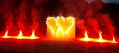 Das Doppelherz Lichterbild zeigt zwei ineinander verschlungene Herzen. Das Lichterbild kann durch zusätzliche bengalische Feuertöpfe ergänzt werden.