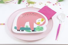 Place Settings for a Pink Sloth Party for Kids - get details and more party inspiration, including backdrop and favor ideas, now at fernandmaple.com!