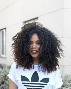 Não é moda, não é só um cabelo bonito. É identidade, descoberta e enfrentar os preconceitos que eu já tive, de cabeça erguida! AMO MEU CABELO CRESPO/CACHEADO! 👊🏽Quem também aqui aprendeu a se amar? #intimasdaray #ootd #donadessecabelotodo