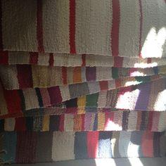 Írtam már itt a blogban, hogy a varrás mellet szőni is nagyon szeretek. Ez a tevékenységem akkor teljesedett ki igazán, mikor kaptam egy szövőállványt (addig csak keretem volt). A fonal az kinőtt, … Handmade Rugs, Weaving, Marvel, Quilts, Blanket, Blog, Quilt Sets, Quilt, Knitting