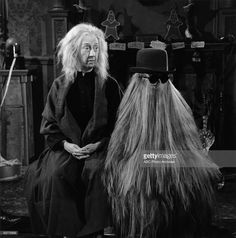 Blossom Rock as Grandmama and Felix Silla as Cousin Itt in The Addams Family Blossom Rock als Oma und Felix Silla als Cousin Itt in der Familie Addams The Addams Family 1964, Addams Family Tv Show, Family Tv Series, Addams Family Characters, Cousins, Los Addams, Charles Addams, Bizarre News, Carolyn Jones