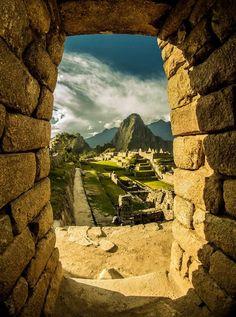 Macchu Picchu (cima vieja) y al fondo el imponente Huayna Picchu (cima joven). Un marco indescriptible en el centro magnético de la Tierra.
