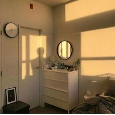 How to Create the Minimalist Dorm Room of Your Dreams - College Fashionista You want the space to reflect your personal style without feeling cluttered and cramped. Minimalist decor is the best way. My New Room, My Room, Dorm Room, Minimalist Dorm, Minimalist Fashion, Room Goals, Aesthetic Bedroom, Deco Design, Dream Rooms