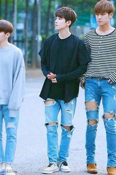 Omfg look at mingyu omfgomfgomfg he's legs look better then mine omfg Wonwoo Mingyu Woozi, Diecisiete Wonwoo, The8, Seungkwan, Vernon, K Pop, Nct, Hip Hop, Choi Hansol
