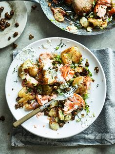 It feels like a comfort kind of night, dont you think? Cuddle up with this gluten-free smashed salmon hash for happy tums all round