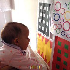 brincadeiras para bebês de 0 a 6 meses - gabi com painel de cores