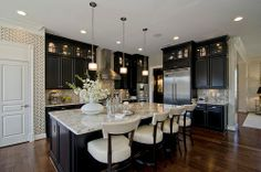 Love the dark cabinets & light counter top. Contrast is key! - hearty-home.com